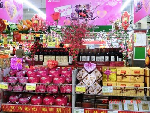 桃花进行了爱就要在一起的浪漫情人节的堆头特色陈列,用苹果,火龙果图片