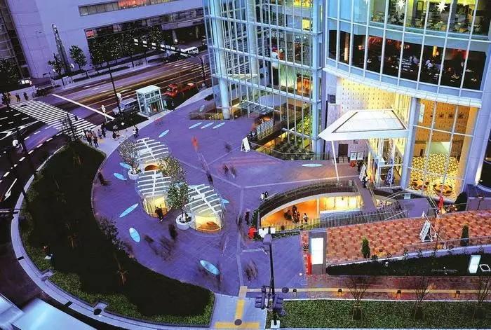 地铁站入口与商业广场入口的交互设计