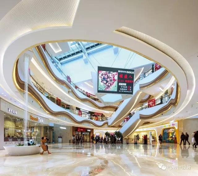 贯穿购物中心三大主题中庭的直街似一道峡谷将两侧的店铺天然区隔开图片